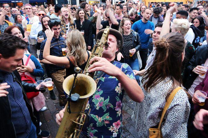 Saxofonist Michiel Sonnevijlle van 'Power To The Pipo' tijdens Breda Jazz Festival 2019 op de Havermarkt.