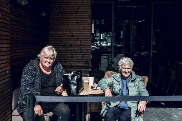 'Als burgemeester kom je met veel mensen in contact. Dan ben je maar beter beschermd, toch?', vinden Carla Vanoirbeek (54) en Christiane Clerinx (72).  Beeld Karolien Coenen