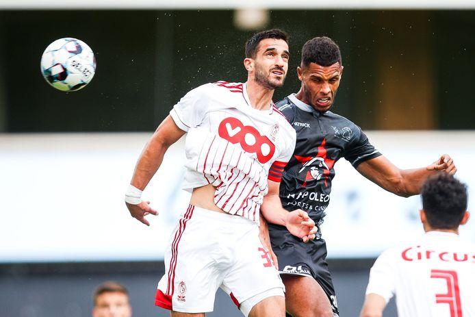 """Zinho Gano in een kopbalduel met Standard-kapitein Konstantinos Laifis. """"In het eerste halfuur kon ik nauwelijks een duel winnen, maar ik ben blijven strijden"""", aldus Gano."""