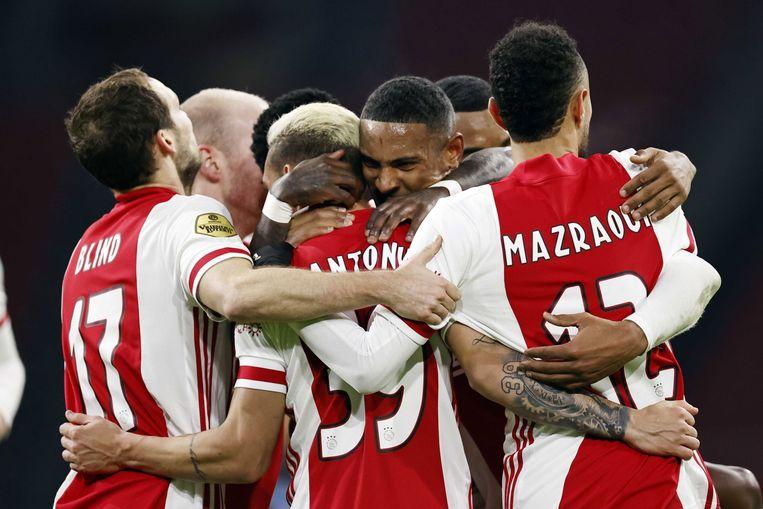 De spelers van Ajax vieren de gelijkmaker van Antony.  Beeld EPA