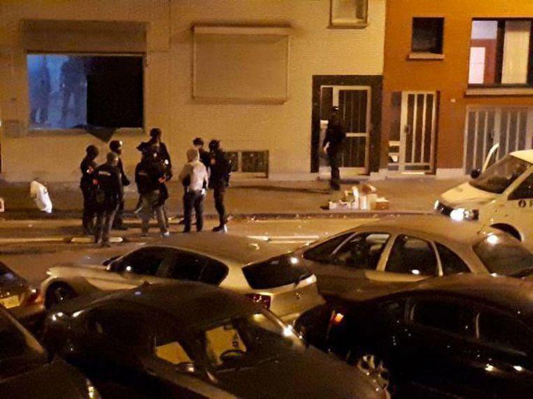 Een buurtbewoner filmde hoe de speurders langs het raam de woning in de Confortalei