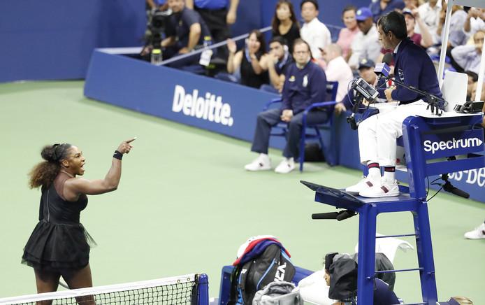 Serena Williams gaat tekeer tegen de umpire tijdens de US Open-finale van vorig jaar.
