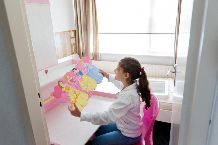 Dochter Laian in haar kamer in het nieuwe huis. Beeld Inge van Mill
