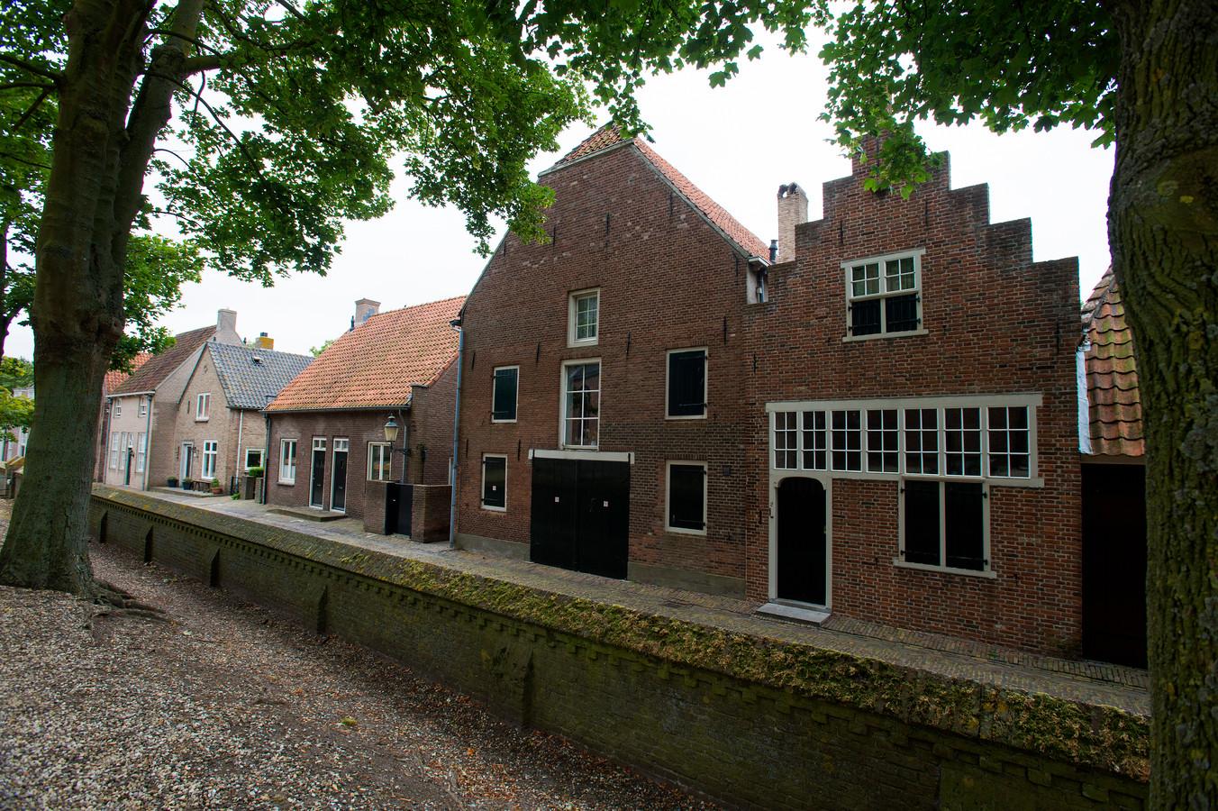 De twee panden uit de zeventiende eeuw aan de Putterstraat 2-4 in Heusden, die de kunstenares schonk aan de vereniging.