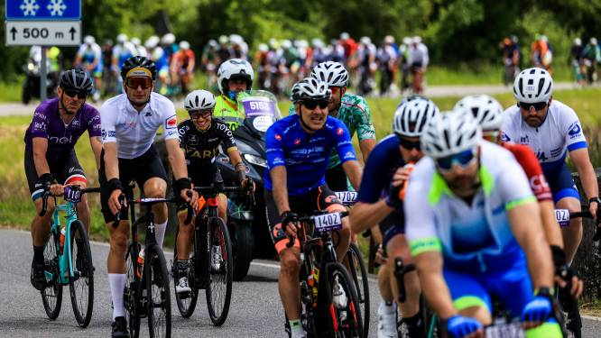 Minuut stilte Giro-peloton voor slachtoffers ongeluk kabelbaan