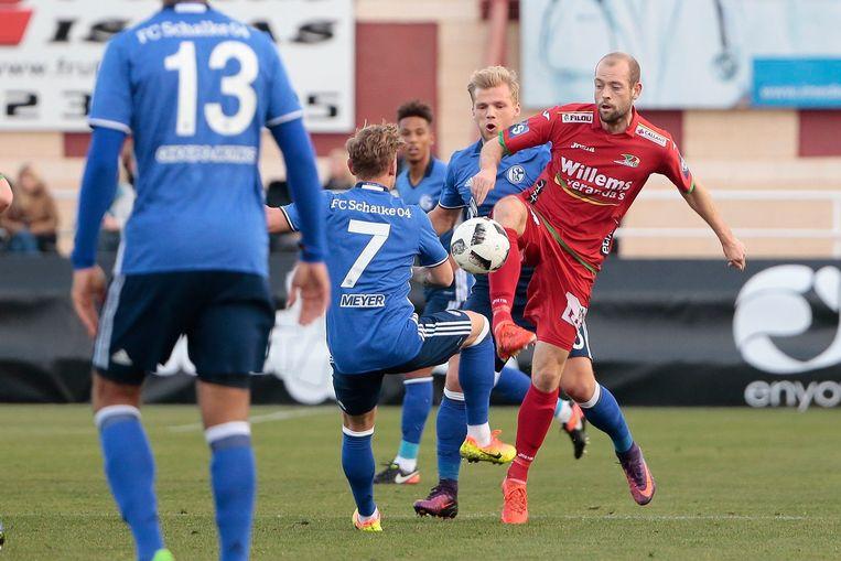 Pedersen tijdens een oefenmatch op stage met KVO tegen Schalke. Beeld Photo News
