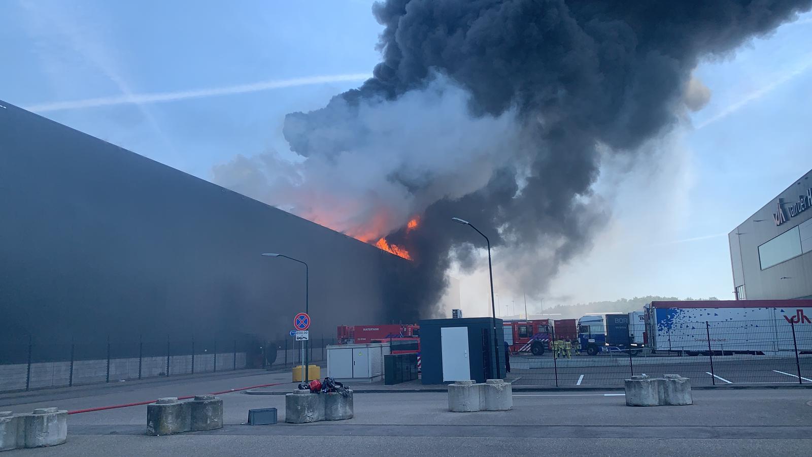 Het vuur bij het transportbedrijf in Hapert laait weer op.