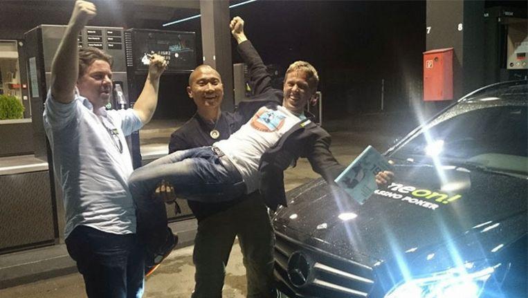 Gunnar Garfors, Tay-young Pak en Øyvind Djupvik op het moment dat ze hun wereldrecord hebben gevestigd. Beeld garfors.com