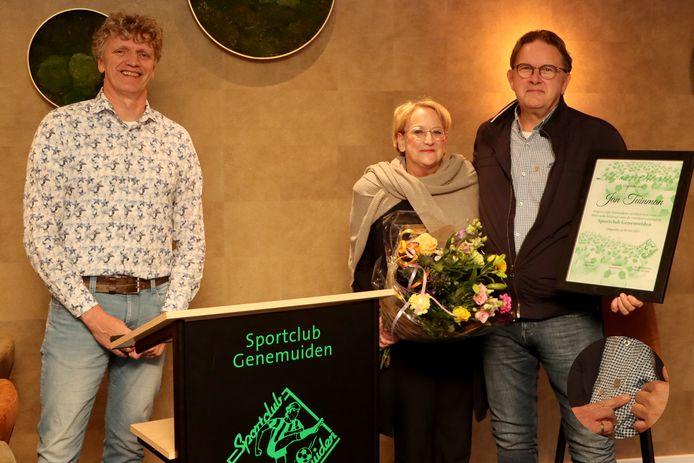Jan Tuinman (r) mag zich lid van verdienste noemen van SC Genemuiden, links voorzitter Luuk Drost.