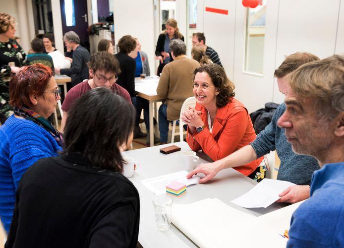 Ouders, leerkrachten én onderwijsbestuurder Rinda den Besten (met rood jasje) hebben vanmorgen op de Dr. Bosschool  in Utrecht oplossingen bedacht voor het lerarentekort en de hoge werkdruk.