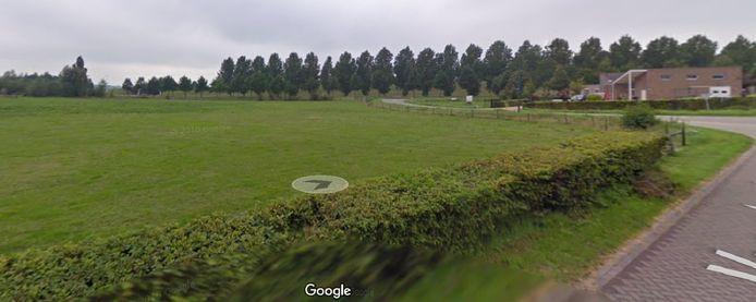 Het stuk grond in Heesbeen waar twee bedrijfshallen kunnen komen. Rechts de dierenkliniek.