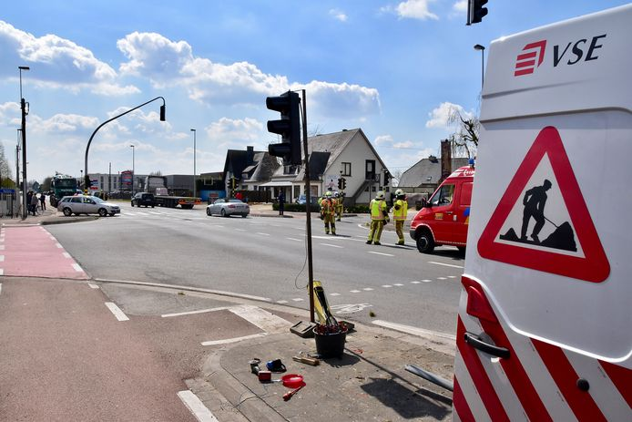 Op het kruispunt van de Brugsesteenweg met de Lendeledestraat in Hulste stonden de lichten op knipperstand omdat er herstellingswerken bezig waren na het ongeval dat enkele uren voordien op dezelfde plek gebeurde.