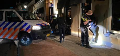 Tientallen agenten vegen Wellekade in Deventer schoon: twee aanhoudingen voor gooien flessen richting politie