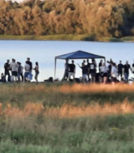 Politie beëindigt feest op strandje: 'We hadden de groep al gewaarschuwd'