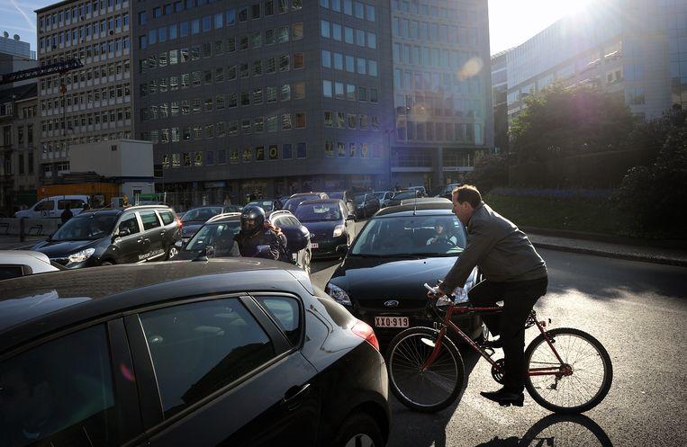 Op de Schuman-rotonde in Brussel is het 's ochtends vechten voor een plaatsje. Beeld Hollandse Hoogte / Marcel van den Bergh