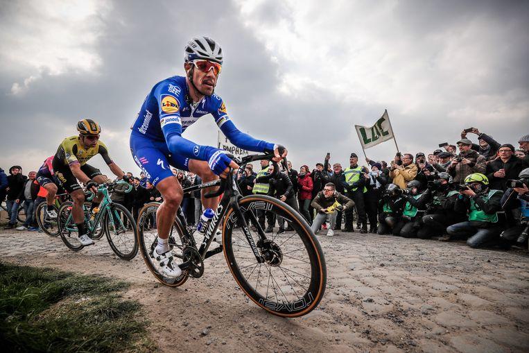 Philippe Gilbert op weg naar winst in Parijs-Roubaix. Hij raakte even op het achterplan bij BMC, maar vond bij QuickStep de juiste omkadering voor succes. Beeld EPA