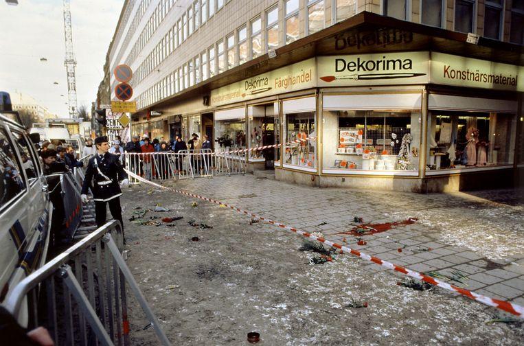 De plek waar Olaf Palme werd vermoord vlak na de moordaanslag. Beeld AFP