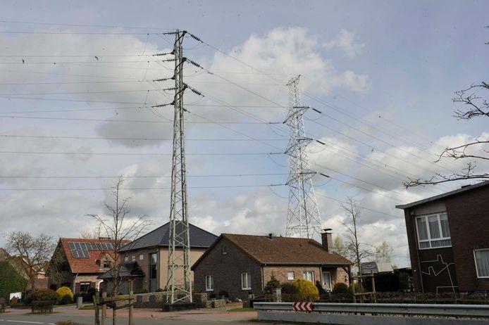 Deze hoogspanningsmast in de Blauwenhoek zou in 2020 verdwenen moeten zijn.