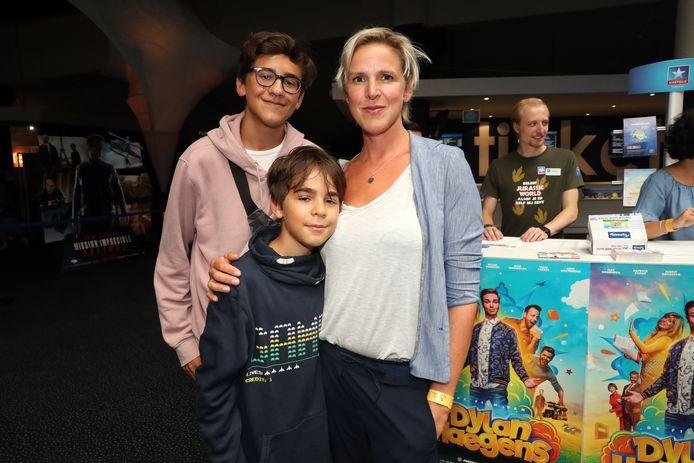 Tine Embrechts met haar kinderen Emilio (voor) en Oscar (achter).
