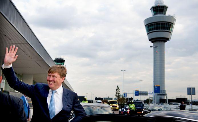 De koning bij een bezoek aan Schiphol.