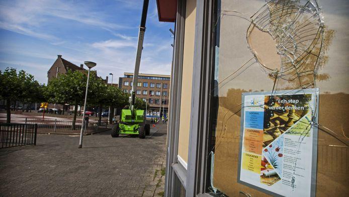 Beschadigde ramen van de stichting Nida in Rotterdam-West. Bij de stichting, die volgens sommige Erdogan-aanhangers banden zou hebben met Fethullah Gülen, gingen eerder al stenen door de ruiten.