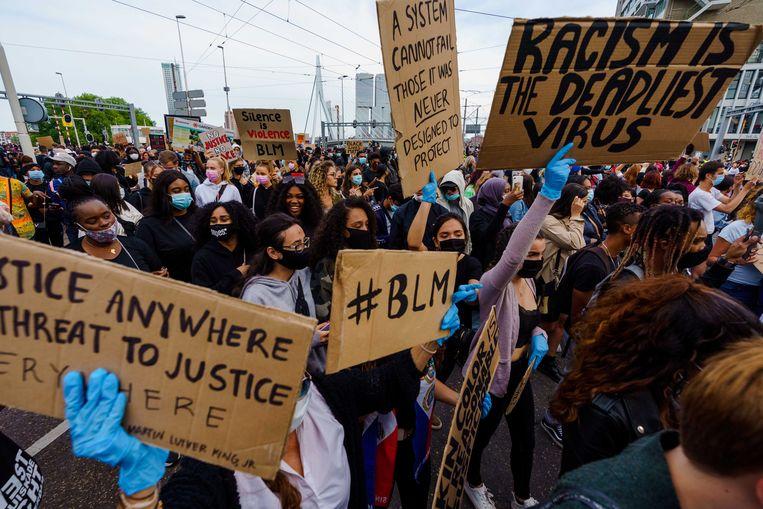 Demonstranten woensdag bij de Rotterdamse Erasmusbrug tijdens een manifestatie tegen racisme en politiegeweld in de VS. Aanleiding is de dood van George Floyd in de Amerikaanse stad Minneapolis.  Beeld Marco de Swart / ANP
