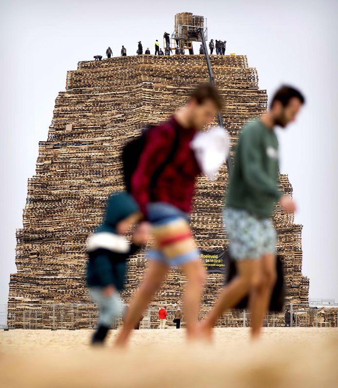 De stapel houten paletten die op het strand van Scheveningen als vreugdevuur in brand werd gestoken tijdens de jaarwisseling.