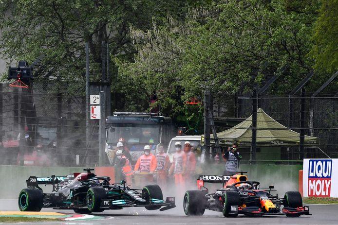 Max Verstappen en Lewis Hamilton raken elkaar kort na de start.