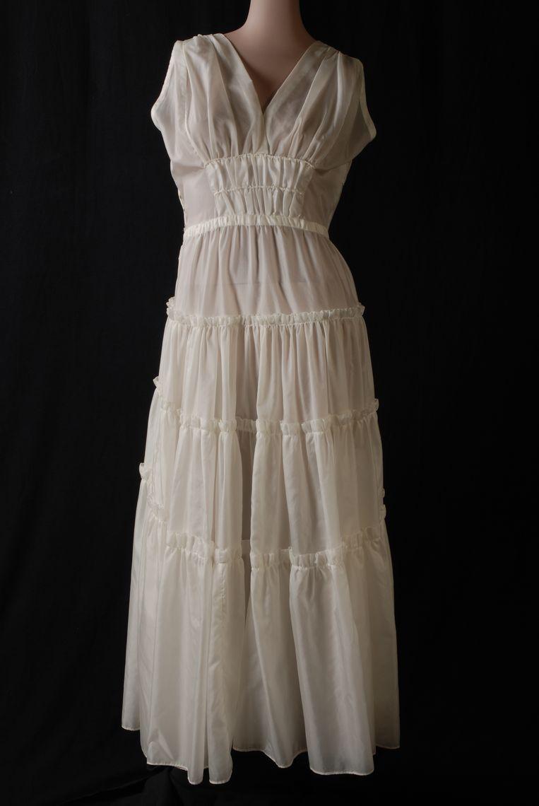 Deze bruid trouwt in 1945 in een jurk van parachutestof. Later maakt zij van de trouwjurk een avondjurk zonder mouwen. Van dezelfde parachute is ook een kinderjurkje gemaakt. Beeld Collectie Rotterdam Museam