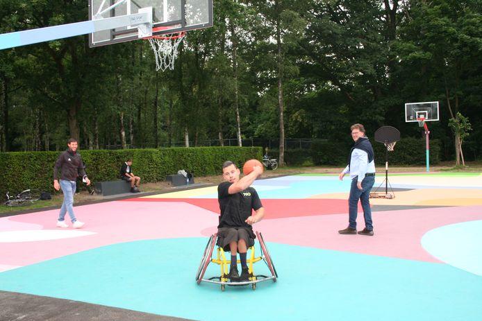 Samen met Glenn de Roos en Sam Van Rossem speelt burgemeester Anthuenis het nieuwe terrein in.