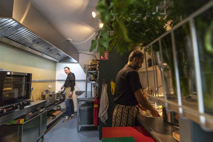 Tentje Teman2 , is ineens alleen een afhaalrestaurant geworden . Henk Klaassens (links) en Ahmet Aydemir