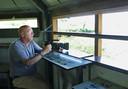 Oud-voetballer Piet Struijk, nu vogelaar, met zijn camera in een vogelkijkhut aan de Oostvaardersplassen.