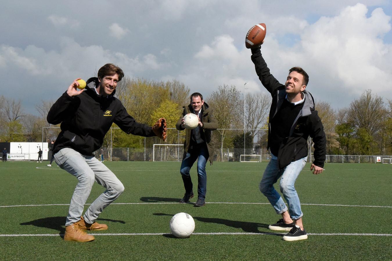 VEP-bestuurslid Robert van Oostwaard (midden) samen met Maarten Snel (grijze broek) en  Danny Muijs van YellowBellies.