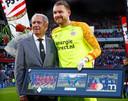 Willy van der Kuijlen in de rol zoals hij de laatste jaren bij PSV functioneerde. Hier huldigt hij clubman Jeroen Zoet voor zijn 200ste wedstrijd in het shirt van PSV.