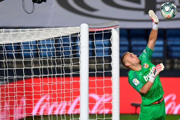 Jasper Cillessen voorkomt een treffer van Real Madrid.