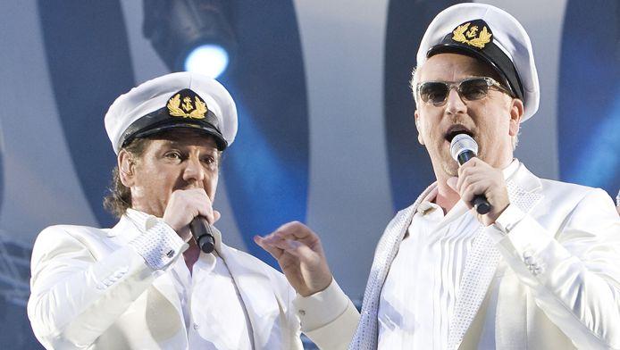 Gordon (rechts) en René Froger tijdens een optreden van de Toppers.