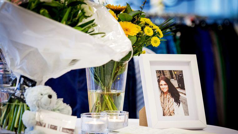 Bij het Hema-filiaal in Deurne ligt een condoleanceregister voor Iris Claassen die omkwam bij de vliegramp van Germanwings in Frankrijk. De inwoonster van Deurne werkte bij het warenhuis. Beeld anp