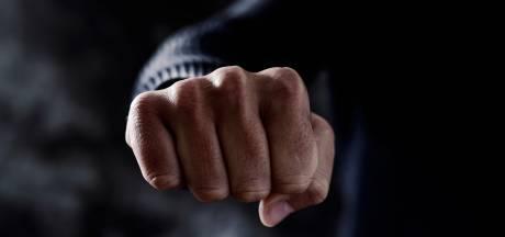 Massale vechtpartij in Waardenburg mondt uit in steekpartij, meerdere gewonden