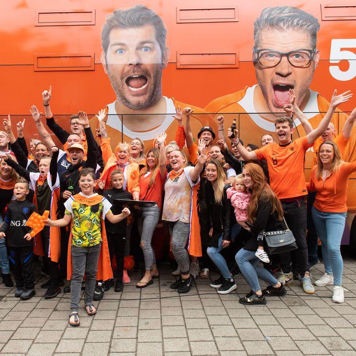 538-Oranje toerbus met Coen en Sander in Ahornstraat Breda.
