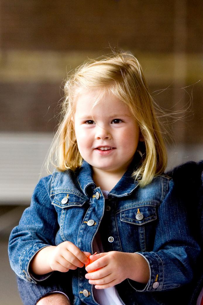 2007: prinses Amalia op de foto in de koninklijke stallen in Den Haag.