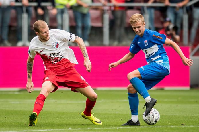 Met debutant Dean Huiberts (r) in de basis kwam PEC Zwolle - geheel tegen de verhouding in - nog wel op voorsprong maar wordt het na rust alsnog op de knieën gedwongen in FC Utrecht: 3-1.