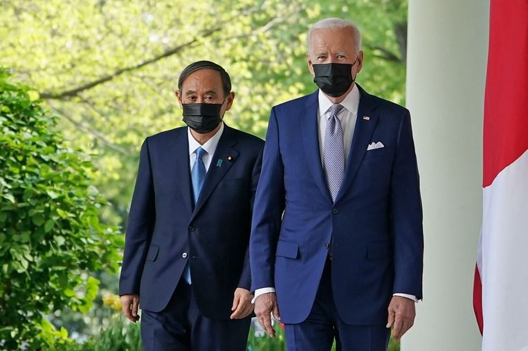 De Japanse premier Yoshihide Suga in de tuin bij de Amerikaanse president Joe Biden.  Beeld AFP