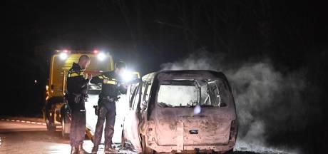 Auto brandt uit bij recreatieplas De Berendonck tussen Nijmegen en Alverna