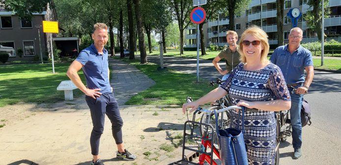 Wethouder Mariska ten Heuw fietst door de Hengelose wijk Woolde, langs groene initiatieven.