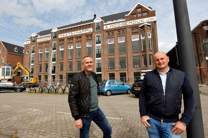 Raymond Kinds (links) en Robert Bode voor het gebouw dat inmiddels grotendeels van hun is.