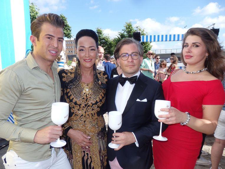 Pijnlijk: op de Moët & Chandon Party Day ging de dresscode niet helemaal goed. Op de foto: Chiel Harten, prinses Donna Metzelaar Tjokrodipoero, François-Léon van der Velden en Sofia Katalova. Beeld Schuim