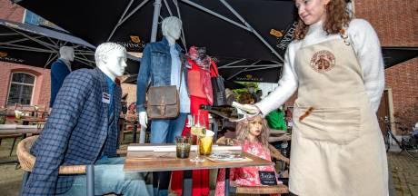 Bij gebrek aan gasten krijgen in hartje Zutphen de paspoppen een drankje geserveerd