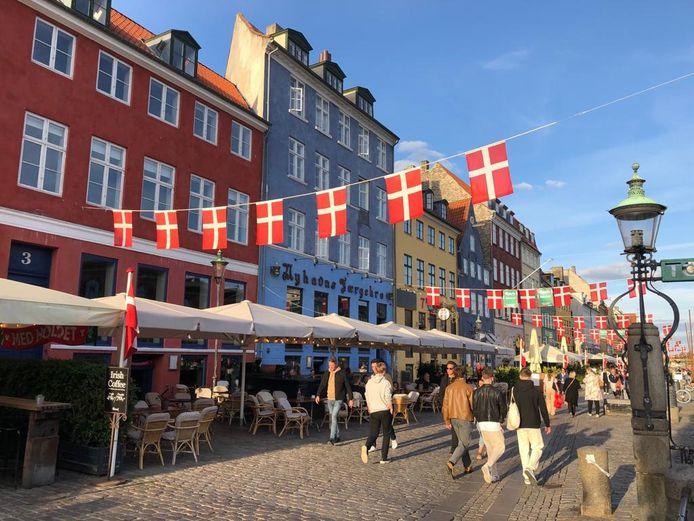 In Denemarken moet je vanaf vandaag nergens nog een masker dragen, hoef je geen 1,5 meter afstand te bewaren, organiseren ze festivals zoveel ze willen en is de coronapas voor samenkomsten zelfs afgeschaft