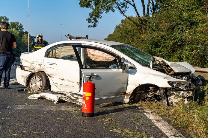 Een auto raakte flink beschadigd bij het ongeval op de A27.