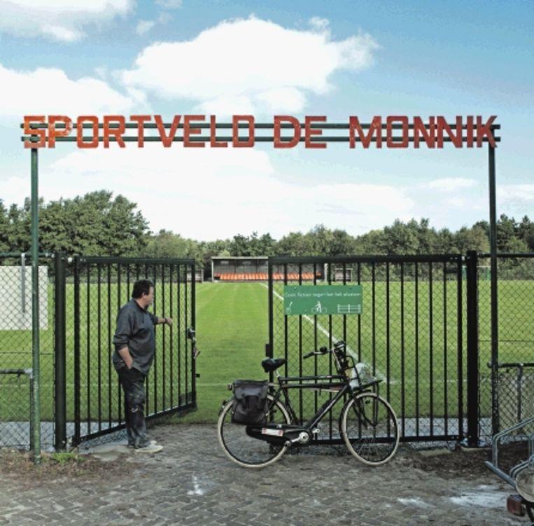 Het sportveld van voetbalclub De Monnik is modern. De tribune beschikt zelfs over stoelverwarming. (Trouw) Beeld